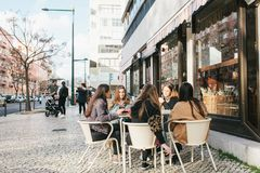 里斯本,葡萄牙01可以2018年:朋友或女朋友或者小组咖啡馆的游人 库存照片