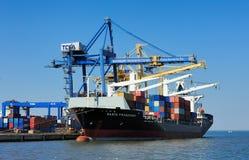 里斯本,葡萄牙-在装货终端的集装箱船 免版税图库摄影