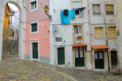 里斯本,葡萄牙- 2017年11月2日:五颜六色正方形和狭窄的街道在有被修补的台阶的Alfama邻里和传统 图库摄影
