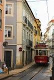 里斯本,葡萄牙2017年12月29日:五颜六色的电车通过 免版税图库摄影