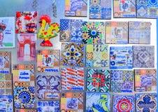 里斯本,葡萄牙- 2017年8月05日:五颜六色的陶瓷砖磁铁纪念品 库存图片