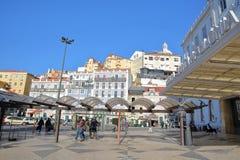 里斯本,葡萄牙- 2017年11月5日:圣诞老人Apolonia火车站在有五颜六色的门面的Alfama邻里在背景中 免版税库存照片