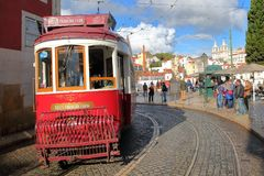 里斯本,葡萄牙- 2017年11月2日:圣诞老人Luzia与一辆电车的观点miradouro在前景和圣维森特de Fora Churc 免版税图库摄影