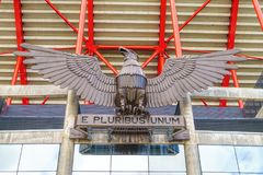 里斯本,葡萄牙- 2018年4月05日:在entran的老鹰雕塑 免版税库存图片