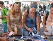 里斯本,葡萄牙- 2017年8月05日:妇女拿着里斯本照片在市场上 免版税库存图片