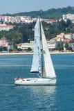 里斯本,葡萄牙- 2010年4月03日:帆船在都市风景的海 有白色风帆航行的风船沿海 免版税库存照片