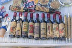 里斯本,葡萄牙- 2017年8月05日:有葡萄牙标志的装饰纪念品瓶在市场上 库存图片