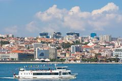 里斯本,葡萄牙- 2010年4月03日:沿都市风景的游轮旅行 在多云蓝天的城市建筑学 旅行 免版税库存照片