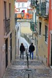 里斯本,葡萄牙- 2017年11月2日:狭窄和五颜六色的街道在有被修补的台阶的Alfama邻里 库存图片