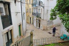 里斯本,葡萄牙- 2017年11月2日:狭窄和五颜六色的街道在有被修补的台阶的Alfama邻里 库存照片