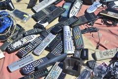 里斯本,葡萄牙- 2017年8月05日:老遥控在跳蚤市场上 免版税图库摄影