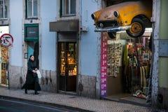 里斯本,葡萄牙- 2011年1月31日:被锯在一家商店上的汽车前面在里斯本,葡萄牙 库存照片