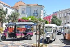 里斯本,葡萄牙- 2017年8月06日:许多出租汽车在等待游人的里斯本路的Tuk Tuk 库存照片