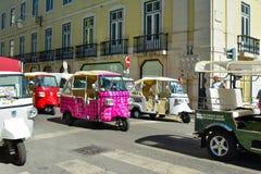 里斯本,葡萄牙- 2017年8月05日:许多出租汽车在里斯本路的Tuk Tuk  免版税库存照片