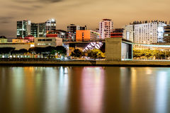 里斯本,葡萄牙- 2015年9月09日:都市风景在晚上在国家停放区,有居民住房和他的lig的 库存图片