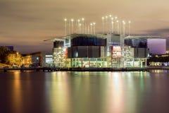 里斯本,葡萄牙- 2015年9月09日:都市风景在晚上在国家停放区,有海洋学和他的光refl的 免版税库存照片