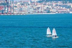 里斯本,葡萄牙- 2010年4月03日:风船在都市风景的蓝色海 游艇况赛在晴天 海航行冠军 库存图片