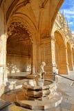 里斯本,葡萄牙- 2017年11月3日:Jeronimos修道院修道院在有狮子的喷泉的贝拉母邻里 免版税库存图片
