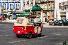 里斯本,葡萄牙- 2019年 游人的红色三轮车汽车在里斯本,葡萄牙  库存照片