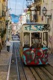 里斯本,葡萄牙- 2017年5月17日:典型的老电车在里斯本, Por 库存照片