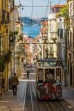 里斯本,葡萄牙- 2017年5月17日:典型的老电车在里斯本, Por 免版税库存图片