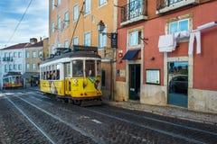 里斯本,葡萄牙- 2014年10月13日 在街道上的老电车 库存照片