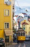 里斯本,葡萄牙- 2014年10月13日 在街道上的老电车 库存图片