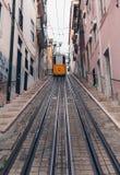 里斯本,葡萄牙- 4月2018有街道画的经典之作电车在老 免版税库存照片