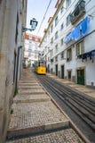 里斯本,葡萄牙4月12,2015 :一辆传统电车做它 免版税库存照片
