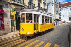 里斯本,葡萄牙4月12,2015 :一辆传统电车做它 库存照片