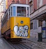 里斯本,葡萄牙- 5月14 :传统电车在2014年5月14日的里斯本 第一条电车轨道在里斯本加入了在17 Novem的服务 免版税库存照片