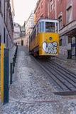 里斯本,葡萄牙- 5月14 :传统电车在2014年5月14日的里斯本 第一条电车轨道在里斯本加入了在17 Novem的服务 免版税库存图片