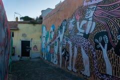 里斯本,葡萄牙- 11月13,2017:在墙壁上的街道画在Alfama邻里在里斯本,葡萄牙 库存图片