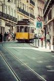 里斯本,葡萄牙4月12,2015 :葡萄酒电车在市中心  免版税库存照片