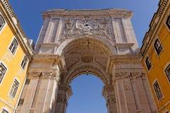里斯本,葡萄牙- 5月14 :Rua奥古斯塔曲拱在2014年5月14日的里斯本 反面Rua奥古斯塔曲拱在里斯本 库存图片