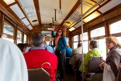 里斯本,葡萄牙- 04 17 2015年:在葡萄酒carr里面的游人 免版税库存图片
