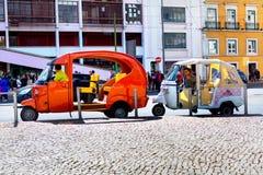 里斯本,葡萄牙- 04 17 2015年:在wating的街道上的两tuk-tuks 免版税库存图片
