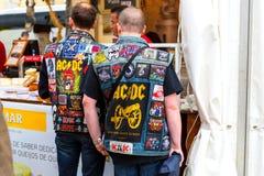 里斯本,葡萄牙- 05 06 2016年:带AC/DC佩带的ja两个爱好者  免版税库存照片