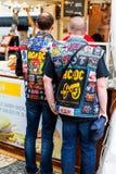 里斯本,葡萄牙- 05 06 2016年:带AC/DC佩带的ja两个爱好者  免版税图库摄影