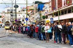 里斯本,葡萄牙- 05 06 2016年:站立在等待排队的人们 免版税库存图片