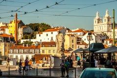 里斯本,葡萄牙- Septmember 19日2016年:在Viewpoint de圣诞老人Luzia附近的街道 库存照片