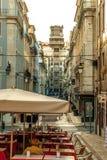 里斯本,葡萄牙- Septmember 19日2016年:街道场面在baixa的市中心有电梯的看法 库存图片