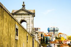 里斯本,里斯本,葡萄牙:在老和现代之间的对比 库存图片