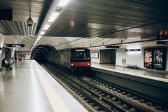 里斯本, 2018年5月01日:一个地铁站的典型的内部在里斯本 在地下地铁的一次旅行 图库摄影