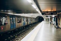 里斯本, 2018年5月01日:一个地铁站的典型的内部在里斯本 在地下地铁的一次旅行 库存照片