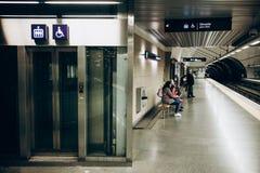 里斯本, 2018年5月01日:一个地铁站的典型的内部在里斯本 在地下地铁的一次旅行 库存图片