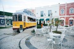 里斯本, 2018年6月18日:在古板的传统葡萄牙黄色电车的一个原始和地道街道咖啡馆 库存照片