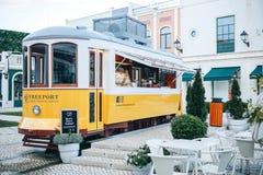 里斯本, 2018年6月18日:在古板的传统葡萄牙黄色电车的一个原始和地道街道咖啡馆 免版税图库摄影