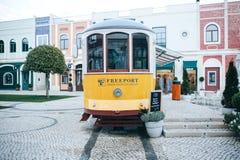 里斯本, 2018年6月18日:在古板的传统葡萄牙黄色电车的一个原始和地道街道咖啡馆 免版税库存图片