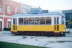 里斯本, 2018年6月18日:在古板的传统葡萄牙黄色电车的一个原始和地道街道咖啡馆 库存图片